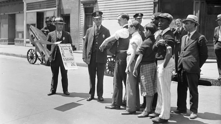 Фото №1 - Полиция здравомыслия: зачем офицеры останавливают горожан и просят их закатывать рукава