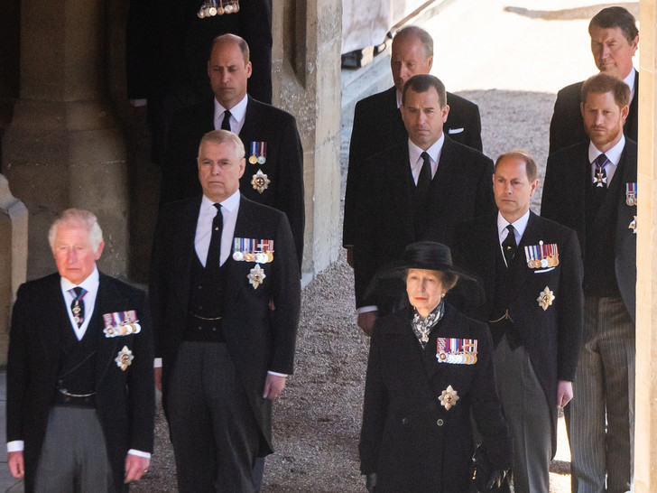 Фото №6 - От самого любимого внука до «врага семьи»: как менялись отношения принца Гарри и Королевы