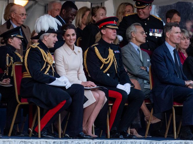 Фото №3 - Герцогиня Кейт впервые приняла военный парад