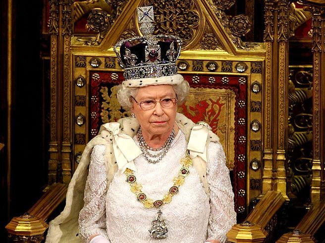 Фото №1 - Зачем Елизавета II надевала корону, чтобы ответить на письма