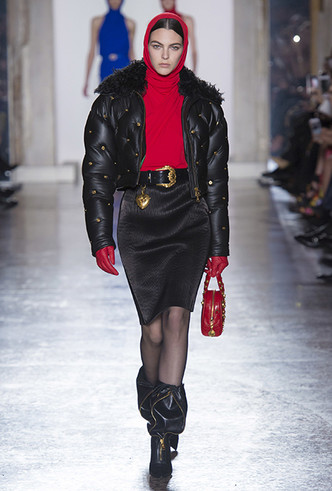 Фото №11 - Парад топ-моделей: Наталья Водянова, Джиджи Хадид, Кайя Гербер и другие на подиуме Versace FW18-19