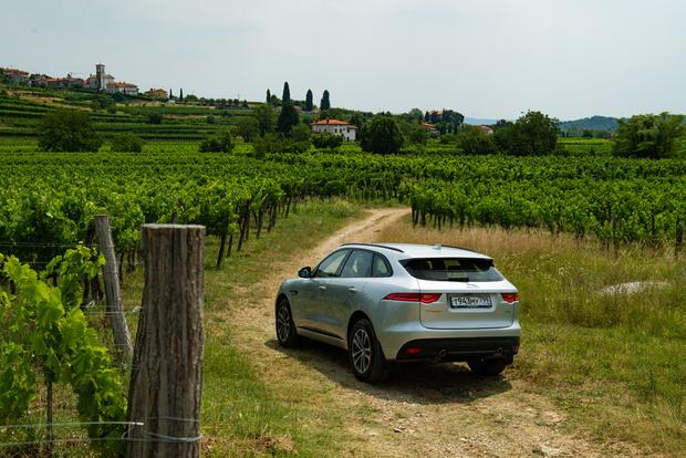 В год дебюта Jaguar F-Pace получил награду World Car of the Year— «Всемирный автомобиль года»