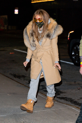 Фото №1 - Пальто с лисьим воротником и тимберленды со стразами: блистательная Дженнифер Лопес вернулась в Нью-Йорк