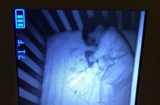 Фото №1 - В разгадке фото «ребенка-призрака», напугавшего мать, обошлось без чертовщины и паранормальщины