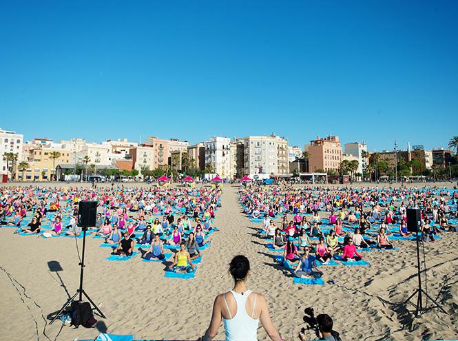 Фото №3 - 3 000 девушек поучаствовали в #RUNSUPYOGA в Барселоне
