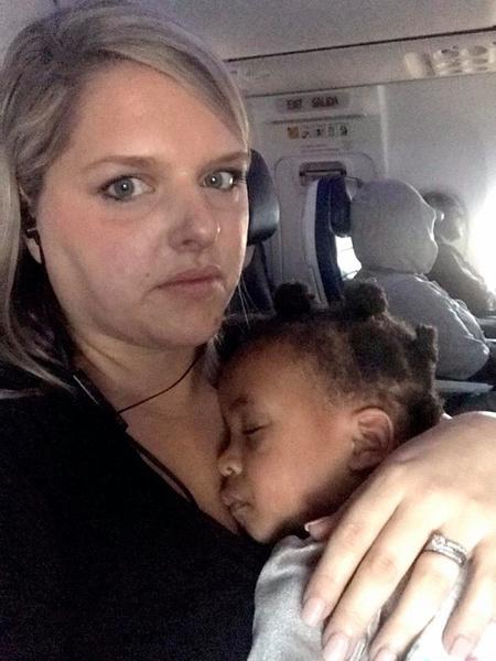 Фото №2 - Мама раздала пассажирам самолета подарки от сына-грудничка