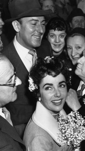 Фото №5 - Привычка жениться: 8 свадебных платьев и 7 мужей Элизабет Тейлор