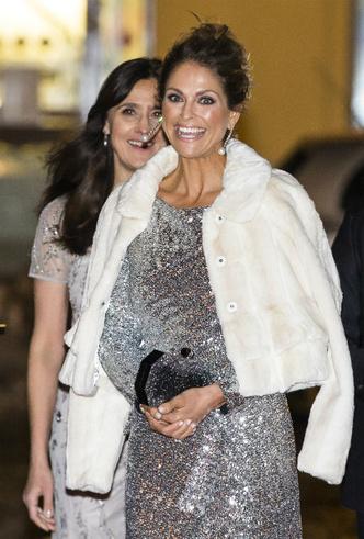 Фото №4 - Принцесса Мадлен выбирает платье, как у герцогини Меган (и сияет ярче всех)