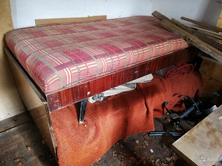 Видите в этой куче кровать? А она есть. Стоит 500 рублей.
