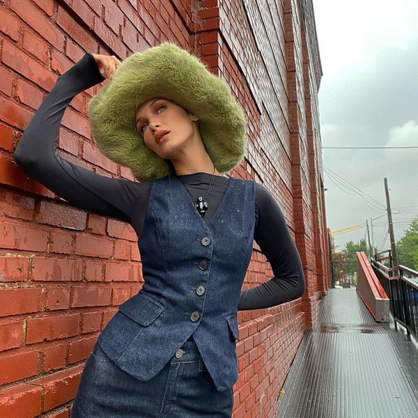 Фото №1 - Джинсовые жилеты как у Беллы Хадид— новый осенний тренд
