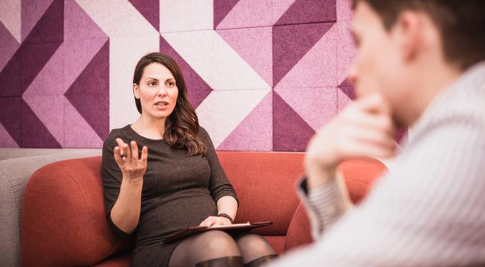 Моя психотерапевтка беременна: можно ли продолжать терапию?