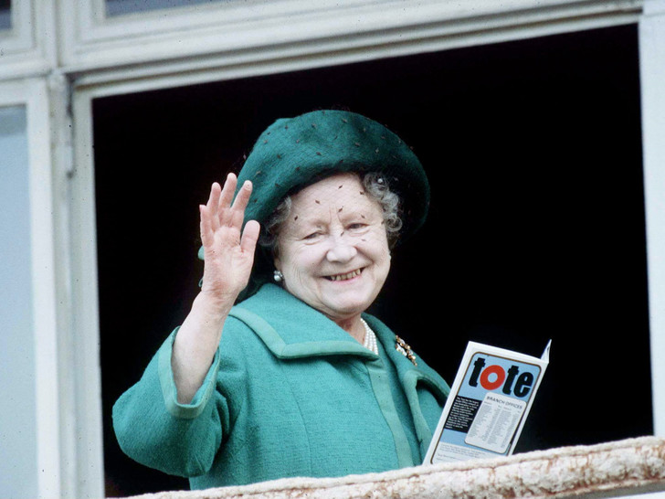 Фото №1 - Зачем и куда королева-мать сбежала от полицейских: самая забавная история из жизни прабабушки Уильяма и Гарри