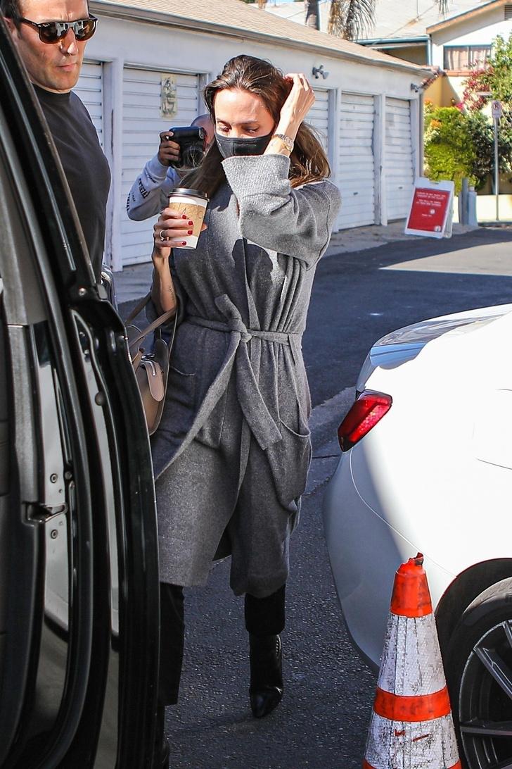 Фото №2 - Всего одно базовое пальто, которое Анджелина Джоли выбирает на осень