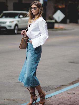 Фото №3 - Как и с чем носить джинсовые юбки этим летом: 5 классных образов для тебя