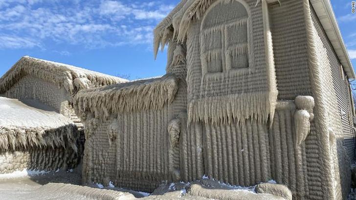 Фото №1 - Дома рядом с озером Эри, покрытые толстым слоем льда (галерея)