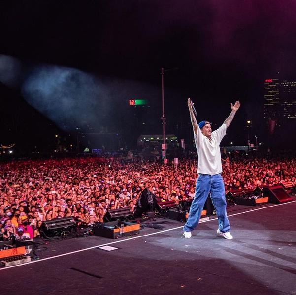Фото №1 - Широкие джинсы и футболка как у Джастина Бибера— идеальный аутфит для тех, кто никогда не знает, что надеть