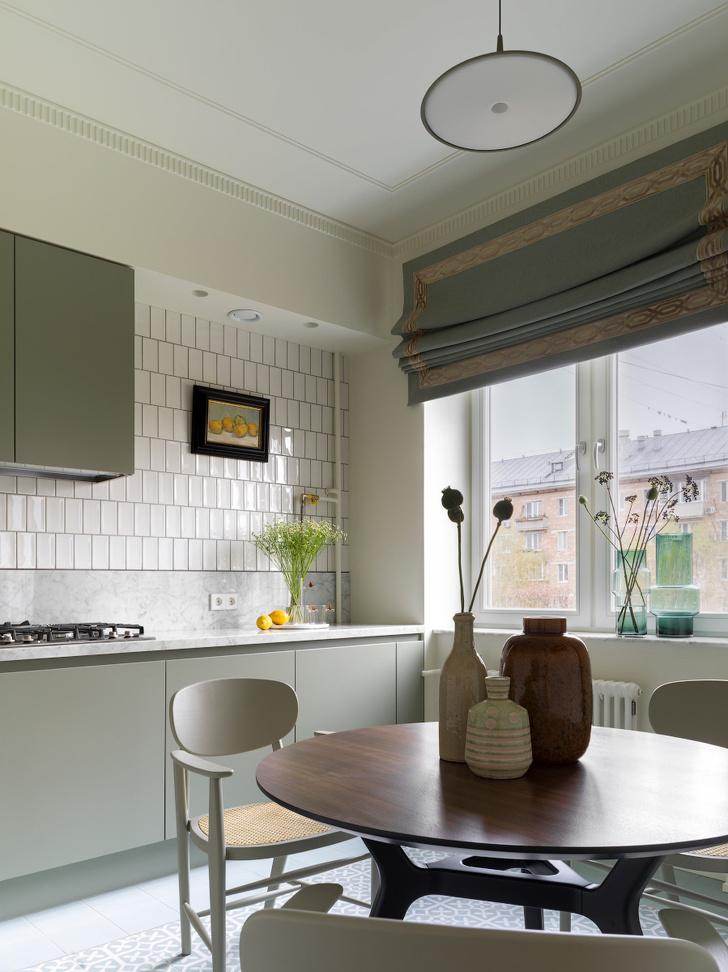 Кухня, мебельная фабрика «Мария». На фартуке— картина Натальи Смирновой.