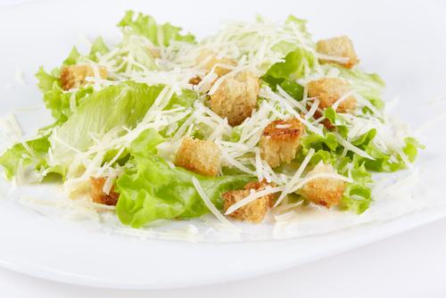 shutterstockВ переводе с латинского слово «салат» означает «соленый». В Древнем Риме салаты готовились из зеленых овощей и были обязательным блюдом всех застолий. Со временем для оригинальности к овощам стали добавлять и другие ингредиенты, придающие салатам своеобразный вкус.