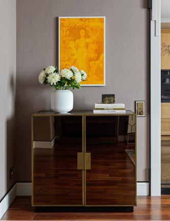 Комод, Bassett Mirror. Ваза, Restoration Hardware, салон GK Concept. Картина Дмитрия Колитратова из серии «Сувениры», Fine Art Gallery.