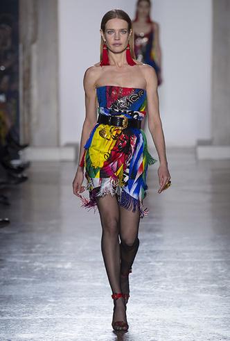 Фото №4 - Парад топ-моделей: Наталья Водянова, Джиджи Хадид, Кайя Гербер и другие на подиуме Versace FW18-19