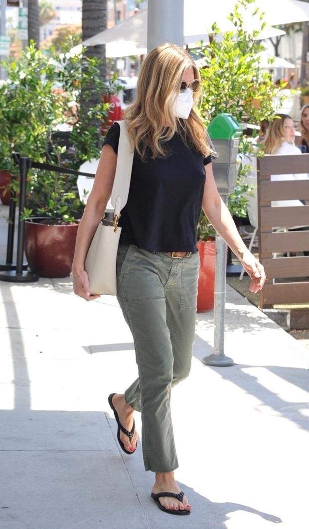 Фото №1 - Дженнифер Энистон возвращает в моду джинсы болотного цвета