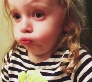 Фото №3 - Видео: ради мамы девочка притворяется, что любит ее стряпню