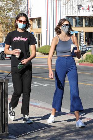 Фото №2 - Кайя Гербер надела джинсы, которые противопоказаны даже моделям