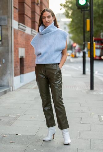 Фото №2 - Как носить кожаные брюки: самые стильные и простые сочетания