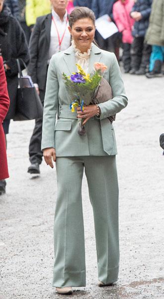 Фото №19 - Как королевские особы носят брючные костюмы