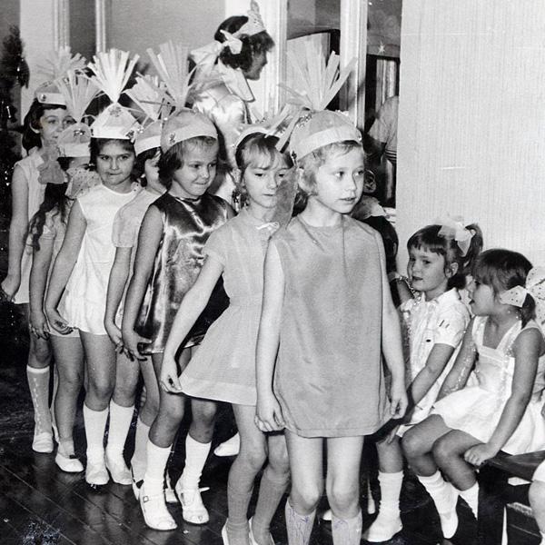 Фото №11 - Новогодние костюмы: в чем ходили на елку в прошлом веке?