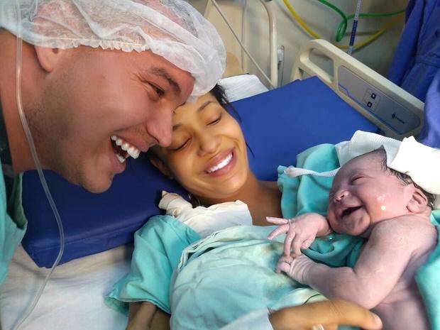 Фото №1 - Милота дня: новорожденная малышка узнала папу по голосу