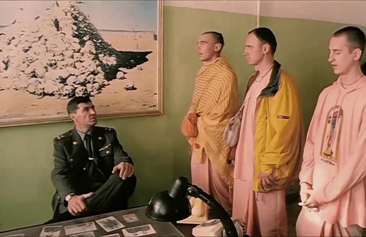 Кадр из комедии «ДМБ»