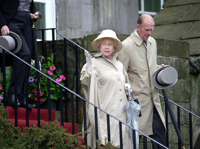 Фото №1 - Виндзорские зонтики: королевский способ спрятаться от дождя