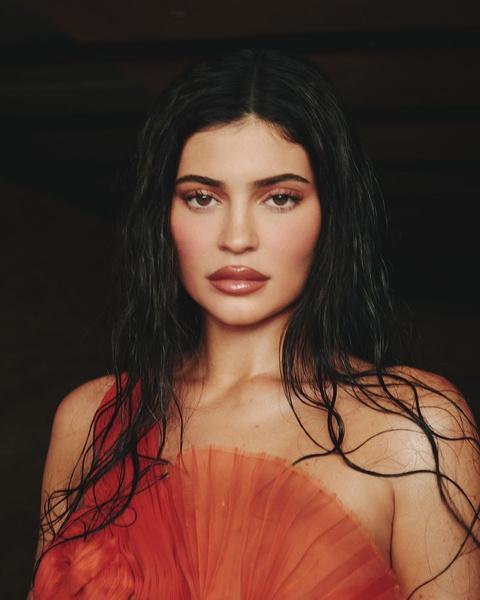 Фото №1 - Акцент на губы: макияж Кайли Дженнер в оранжевых оттенках