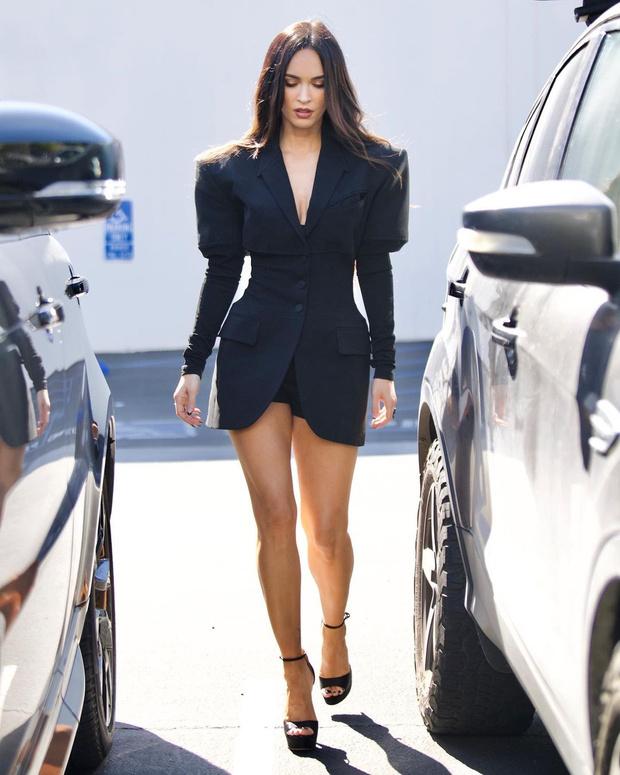 Фото №1 - Девушка Бонда: Меган Фокс в очень коротком и очень красивом платье Mugler