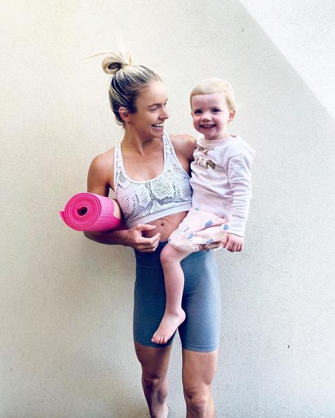 Фото №1 - Ребенок вместо штанги: 5 домашних тренировок для мам