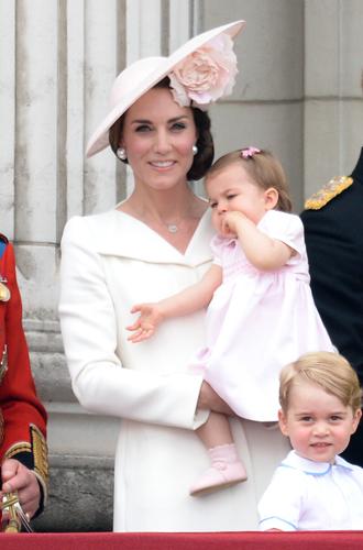 Фото №8 - 6 знаковых нарядов герцогини Кембриджской, которые она носит уже 6 лет