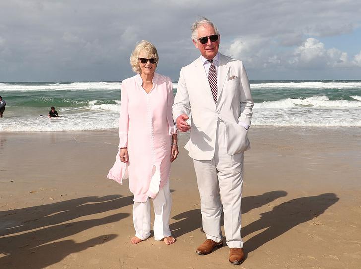 Фото №1 - Простые радости: герцогиня Камилла прогулялась по пляжу босиком