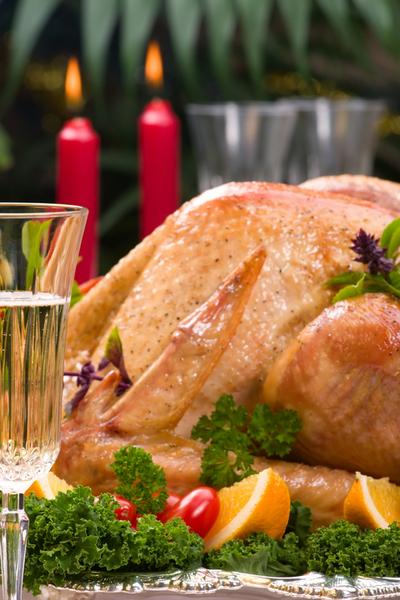 Салаты на основе отварной курицы, запеченная индейка с травами и сливочным соусом – одинаково хорошо сочетаются с шампанским.