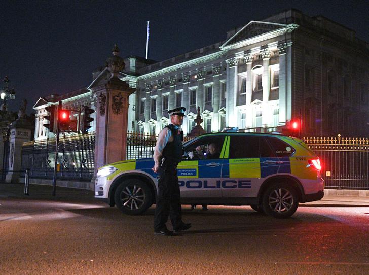 Фото №2 - Королевский сталкинг: кто и зачем пытался проникнуть в Букингемский дворец