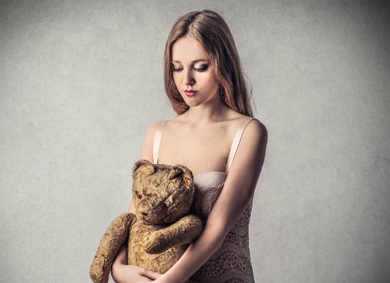 Фото №1 - Вопрос дня: Мне 13 лет, и у меня совершенно не растет грудь. Что делать?