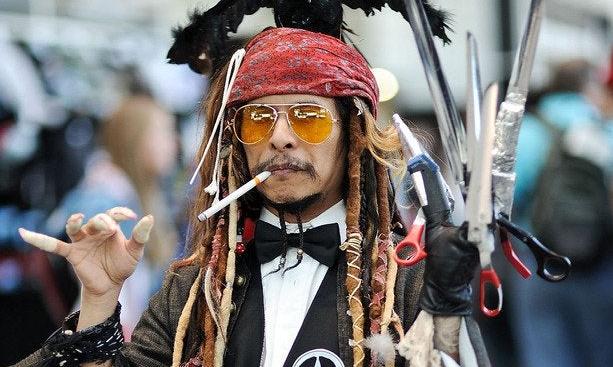 Фото №1 - Парень косплеит сразу все роли Джонни Деппа в одном костюме
