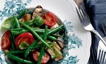 Салат из помидоров, зеленой фасоли и баклажанов