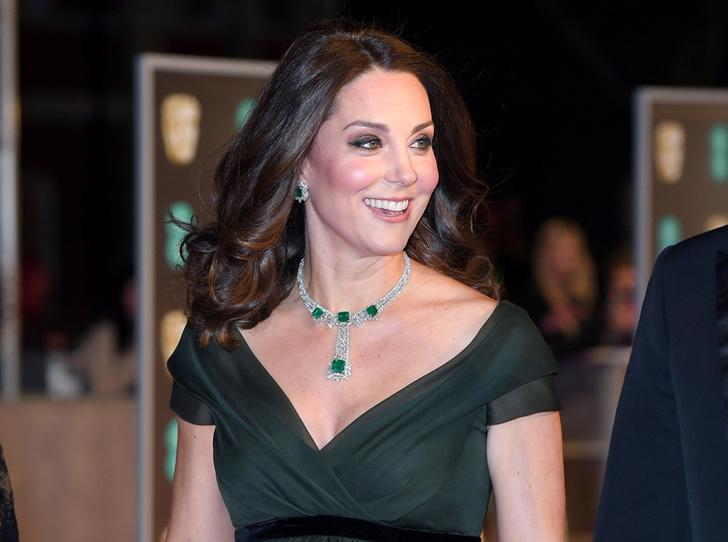 Фото №1 - Глубоко разочарованы: как в соцсетях отреагировали на наряд Кейт Миддлтон на BAFTA