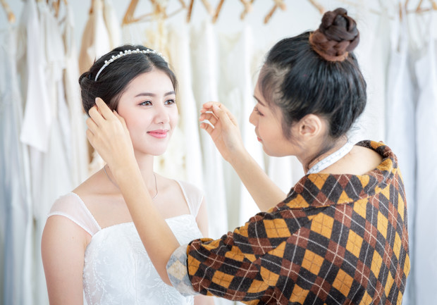 Фото №1 - Корона на голове и яркий мейкап: свадебные образы в Азии