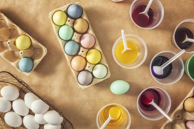 Фото №2 - В какие цвета нельзя красить яйца на Пасху: объясняет священник