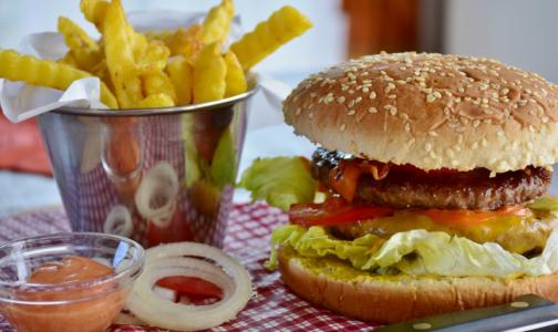 Фото №1 - Диетолог назвала время, когда съеденный бургер «сойдет с рук»