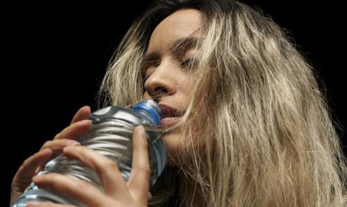 """Фото №1 - Правила, как пить воду в течение дня, и ошибки в """"питьевом режиме"""" назвала  врач-терапевт"""
