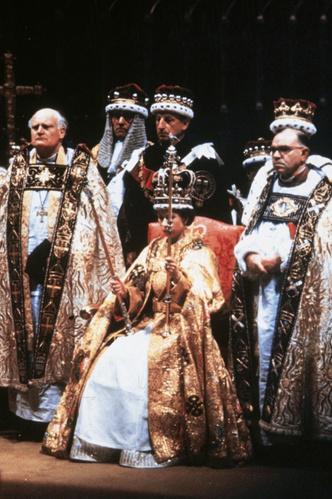 Фото №11 - От свадебных платьев до роскошных мехов: какие образы Виндзоров повторили в сериале «Корона»