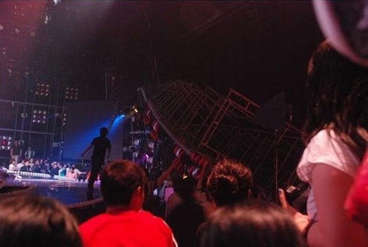 Фото №1 - 7 самых шокирующих происшествий во время выступлений айдолов 🤯